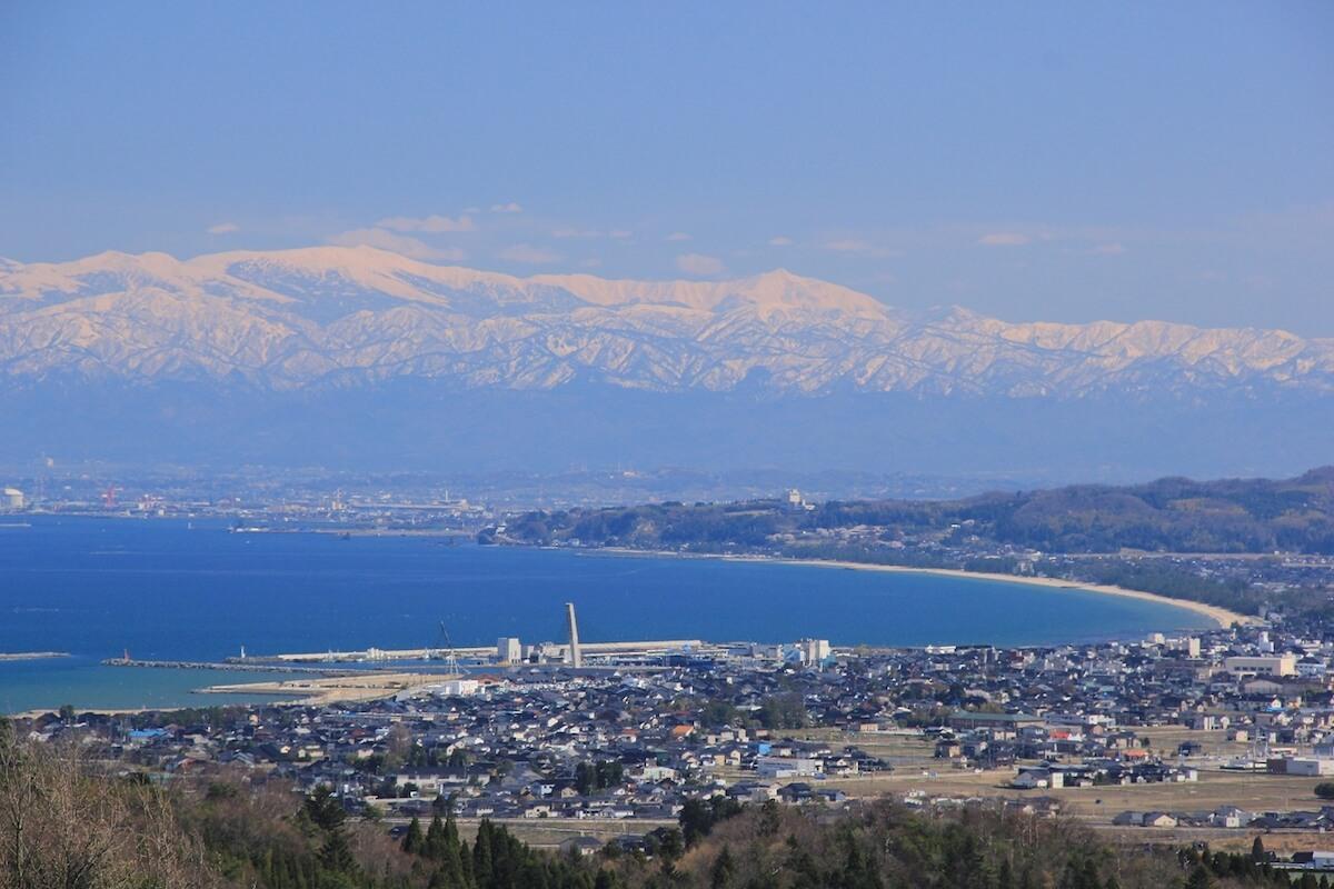 海の向こうに立山連峰を望む富山・氷見を味わう観光づくり