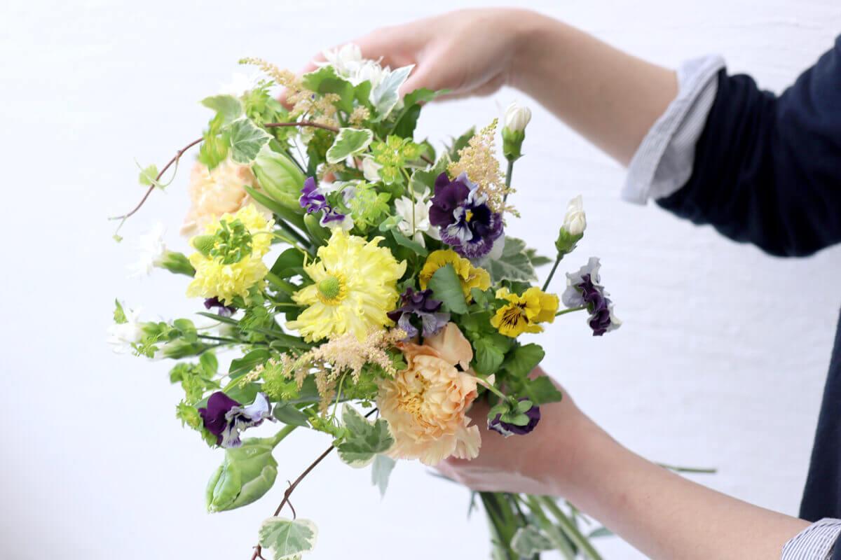 花を手に取る はじめての気持ちに 寄り添って